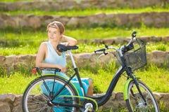 Glückliche junge schöne blonde Frau mit Bicycle Outdoor Dame Lizenzfreies Stockfoto