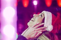 Glückliche junge schöne Frau Überraschtes Wintermädchen Porträt von J stockfoto