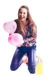 Glückliche junge schöne Frau mit Ballonen trennte Stockbild