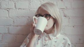Glückliche junge Schönheit trinkendes coffe im Café und Hören Musik auf iPod stock video footage
