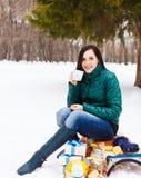 Glückliche junge schwangere Frau, die Spaß im Winterpark hat Stockfotos