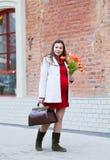 Glückliche junge schwangere Frau draußen Lizenzfreies Stockfoto