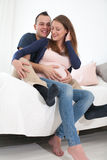Glückliche junge schwangere Paare Lizenzfreies Stockfoto