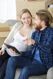 Glückliche junge schwangere Paare, die sich heraus bewegen lizenzfreie stockfotos