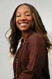 Glückliche junge schwarze Frau Lizenzfreie Stockfotografie