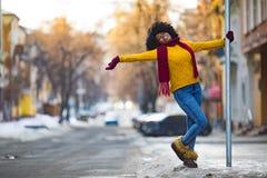 Glückliche junge schwarze Frau geht zur Stadtstraße stockfotos