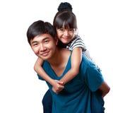 Glückliche junge Schwester und Bruder stockbilder
