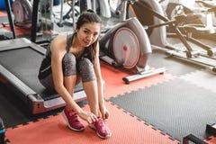 Glückliche junge Sportfrau in der Turnhalle stockbild