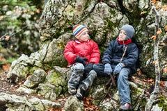 Glückliche Jungen auf Spitze Stockfotografie