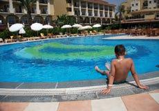 Glückliche Jungenschwimmen im Pool Lizenzfreies Stockbild
