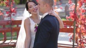 Glückliche Jungvermählten auf Natur stock video footage