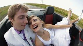 Glückliche Jungvermählten in einem Auto stock footage
