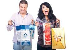 Glückliche Käuferpaare mit Beuteln Stockfotos