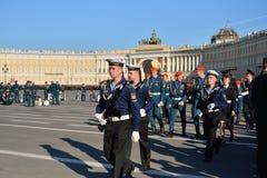 Glückliche Kadetten nach dem Ende der Wiederholung Victory Parads Stockbilder