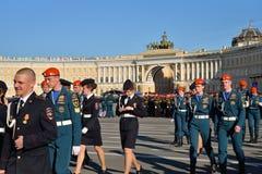 Glückliche Kadetten nach dem Ende der Wiederholung Victory Parads Stockfotografie