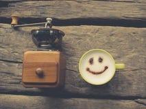 Glückliche Kaffeetasse der nostalgischen Kaffeemühle lizenzfreie stockbilder