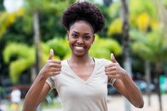 Glückliche karibische Frau mit dem Afrohaar lizenzfreie stockfotografie