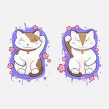 Glückliche Katzen Kawaii Maneki-Neko stellten von zwei mit blühenden Kirschblüte-Blumen ein stockfotos