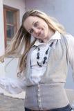 Glückliche kaukasische blonde Frau, die draußen aufwirft Stockfotos