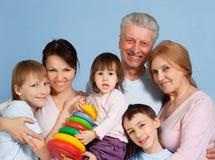 Glückliche kaukasische glückliche Familienstellung Lizenzfreies Stockfoto