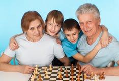 Glückliche kaukasische Kampagne des Spielens des Schachs gegen stockbild