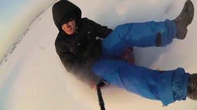 Glückliche Kerlfahrten und lächelndes snowtube auf schneebedeckte Straßen Langsame Bewegung Schneewinterlandschaft Draußen Sport stock video