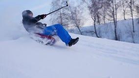 Glückliche Kerlfahrten und lächelndes snowtube auf schneebedeckte Straßen Langsame Bewegung Schneewinterlandschaft Draußen Sport stock footage