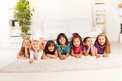 Glückliche Kinder auf dem Boden Stockfotos