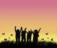 Glückliche Kinder auf dem Gebiet lizenzfreies stockfoto
