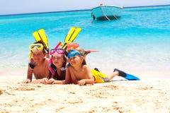 Glückliche Kinder auf dem Strand Stockbilder