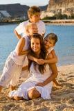 Glückliche Kinder auf dem Strand Lizenzfreies Stockfoto