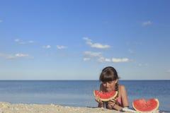 Glückliche Kinder auf dem Strand süße Wassermelone essend Stockfoto