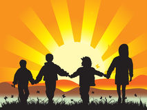 Glückliche Kinder auf Wiese havin Lizenzfreies Stockfoto
