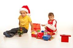 Glückliche Kinder bereiten sich für Weihnachten vor Lizenzfreie Stockbilder