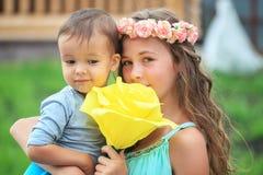 Glückliche Kinder, Brüder und Schwester, lachender Jugendlichjunge Stockfoto