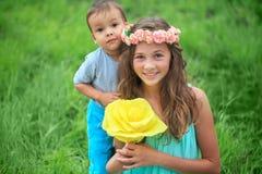 Glückliche Kinder, Brüder und Schwester, lachender Jugendlichjunge Lizenzfreies Stockbild