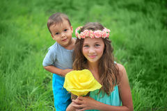 Glückliche Kinder, Brüder und Schwester, lachender Jugendlichjunge Lizenzfreie Stockfotografie