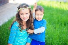 Glückliche Kinder, Brüder und Schwester, lachender Jugendlichjunge Lizenzfreie Stockfotos