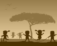 Glückliche Kinder an den Park-Schattenbildern Lizenzfreie Stockfotos