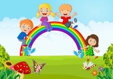 Glückliche Kinder der Karikatur, die auf Regenbogen sitzen Stockbild