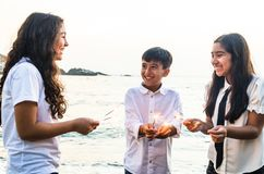 Glückliche Kinder in der Partei mit brennender Wunderkerze in seiner Hand Kreative Einladung für Partei, Feiertag, Hochzeit, Weih stockfoto