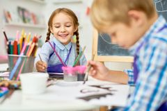 Glückliche Kinder, die in Art Class malen Stockfotos