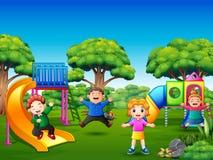 Glückliche Kinder, die auf dem Spielplatz spielen stock abbildung