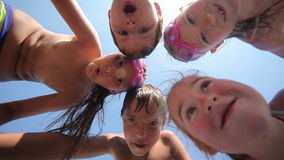Glückliche Kinder, die auf dem Strand teambuilding sind stock video footage