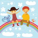 Glückliche Kinder, die auf einem Regenbogen sitzen Stockbild