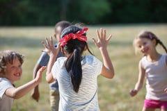 Glückliche Kinder, die Blinder ` s Büffelleder spielen Lizenzfreie Stockbilder
