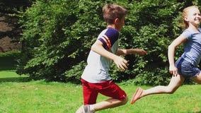 Glückliche Kinder, die draußen Tagspiel laufen lassen und spielen stock video footage