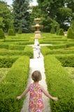 Glückliche Kinder, die durch das Labyrinth laufen Stockfoto