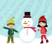 Glückliche Kinder, die einen Schneemann bilden Stockbild