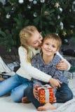 Glückliche Kinder, die Geschenke halten Seereisend-Abenteuerkonzept - rope am Sonnenuntergangpier Lizenzfreies Stockbild